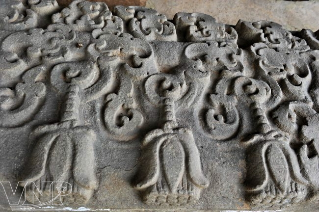 Motif de fleurs de lotus finement sculpté sur un objet trouvé dans le monticule 1A