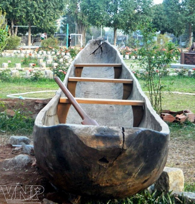 Pirogue monoxyle, moyen de transport traditionnel des locaux.