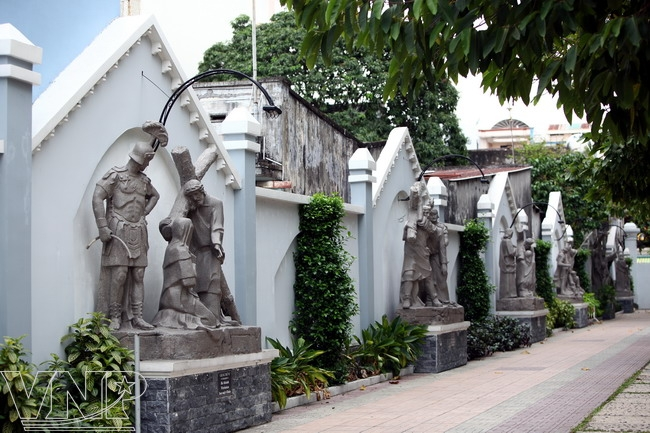 Statues dépeignant des scènes bibliques.