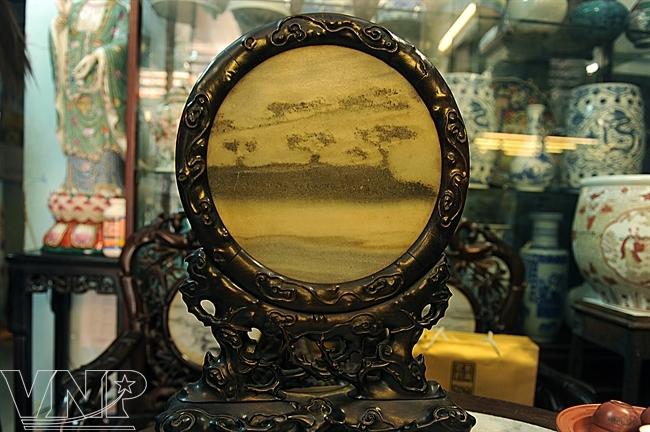 Des amateurs d'antiquités peuvent trouver des antiquités de valeur.