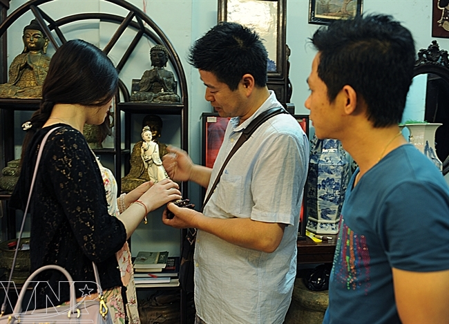 Un visiteur chinois a trouvé par hasard une statue de la Déesse Quan Yin datant de la dynastie des Qing dans une boutique de la rue Lê Công Kiêu.