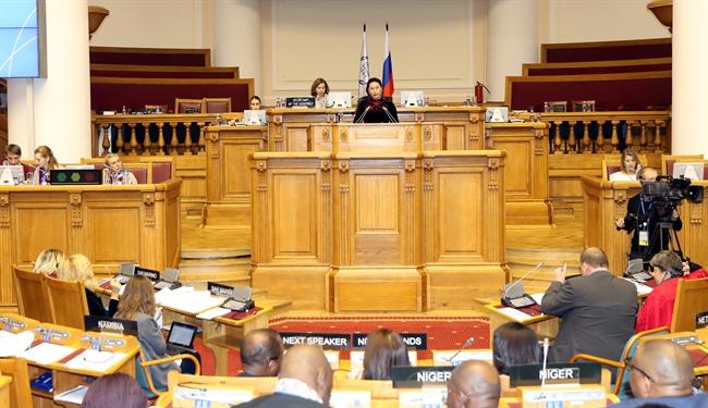 응웬티김응안(Nguyễn Thị Kim Ngân)국회의장은 15일 오후 러시아연방국 상트페테르부르크(Saint Petersburg)에서 제 137 국제의회연맹(IPU)총회에 발표하였다. 국회의장은 베트남의 헌법에 모든 미족과 모든 종교가 평등한 궐리가 있다고 확인된 내용이라고 강조하였다. 2013년에 베트남국회가 새로운 헌법을 통과시켰는데 헌법에 베트남은 모든 민족이 같이 생활하는 통일국가라고 재확인하였다. 사진: 쯔엉득(Trọng Đức)/베트남통신사
