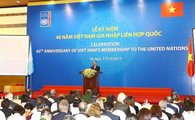 응웬쑤언푹(Nguyễn Xuân Phúc)총리는 17일 오전 하노이에서 베트남의 국제연합(유엔)가입 40주년 기념식에 참석하였다. 사진은 응웬쑤언푹총리가 기념식에 축사를 하고 있는 모습. 사진: 통 느엇(Thống Nhất) /베트남통신사