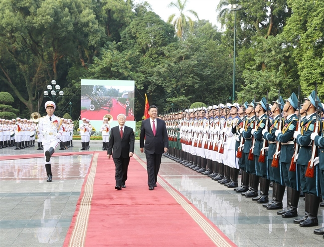 General Secretary of the Communist Party of China (CPC) Central Committee and President Xi Jinping arrived in Hanoi on November 12 afternoon starting his two-day State-level visit to Vietnam. The visit was made at the invitation of General Secretary of the Communist Party of Vietnam (CPV) Central Committee Nguyen Phu Trong and President Tran Dai Quang. As the first overseas trip by the Chinese top leader after the CPCs 19th National Congress the visit is significant to the relationship between Vietnam and China. In the photo: General Secretary of the Communist Party of China (CPC) Central Committee and President Xi Jinping and General Secretary of the Communist Party of Vietnam (CPV) Central Committee Nguyen Phu Trong review the guard of honour at the welcome ceremony in Hanoi on November 12. Photo: Tri Dung/VNA