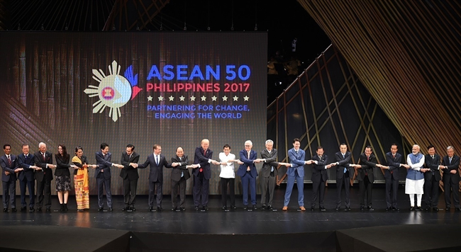 Prime Minister Nguyen Xuan Phuc attended the plenary session of the 31st ASEAN Summit (ASEAN-31) in Manila the Philippines on November 13. Photo: Prime Minister Nguyen Xuan Phuc and heads of the ASEAN-31 participating delegations. Photo: Thong Nhat/VNA
