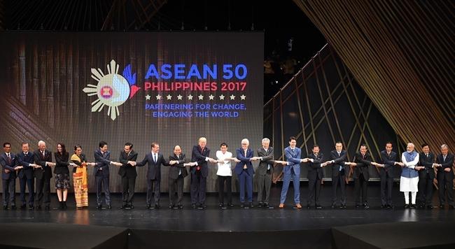 2017年11月13日上午,越南政府总理阮春福在菲律宾首都马尼拉出席第31届东盟峰会开幕式以及相关会议。图为阮春福总理与各国团长合影。越通社记者 统一 摄