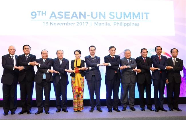2017年11月13日晚在菲律宾首都马尼拉,越南政府总理阮春福出席第九届东盟-联合国峰会。图为阮总理同与会代表合影。越通社记者 统一 摄