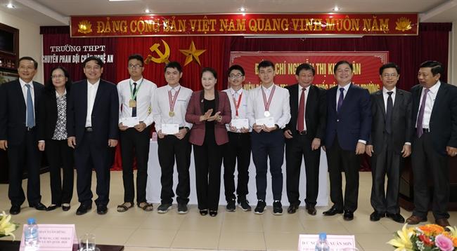 응웬티김응안(Nguyễn Thị Kim Ngân)국회의장은 스승날(11월 20일)을 기념하기 위하여 19일 응에안(Nghệ An)성 판보이즈우(Phan Bội Châu)고등학교에서 방문하였다. 사진은 응웬티김응안 국회의장이 학교의 선생과 20162017학년의 국제우수학생대회의 수상자에게 선물을 전달하고 있는 모습. 사진: 빅후에(Bích Huệ)/베트남통신사