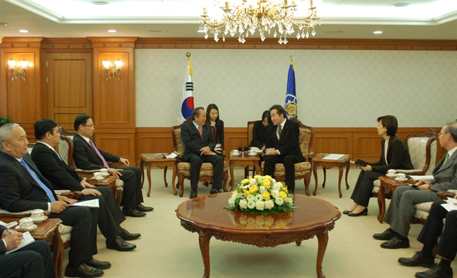 On November 21 2017 at the invitation of the South Koreas Government Permanent Deputy Prime Minister Truong Hoa Binh paid a visit to South Korea and met with its Prime Minister Lee Nak-yon had a reception for Chairman of the Vietnam – South Korea Friendship Association Choi Young-joo and representatives of South Korean groups. In the photo: Permanent Deputy Prime Minister Truong Hoa Binh meets with Prime Minister Lee Nak-yon. Photo: VNA