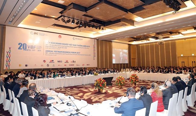 Утром 12 декабря 2017 года в Ханое премьер-министр Вьетнама Нгуен Суан Фук принял участие в ежегодном форуме вьетнамских предпринимателей и выступил на нем с речью. На фото: Панорама форума. Фото: Тхонг Нят.ВИА