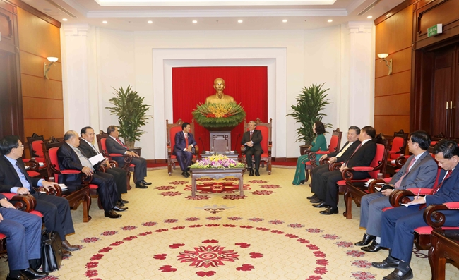 Tran Quoc Vuong Politburo member and permanent  member of the Communist Party of Vietnam (CPV) Central Committees Secretariat received Lao Politburo member Secretary of the Party Committee and Mayor of Vientiane Sinlavong Khoutphaythoune in Hanoi on October 12. Photo: Phuong Hoa / VNA