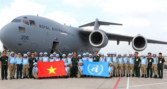 The Defense Ministry on October 15 held a ceremony at Tan Son  Nhat international airport to see off the second group of Vietnam level-2 field hospital on the mission of  UN peacekeeping in South Sudan. In the photo: Deputy Minister of Defense Nguyen Chi Vinh with soldiers of the second group of Vietnam level-2 field hospital. Photo: Xuan Khu/VNA