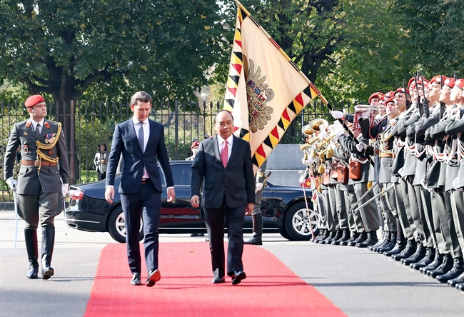 At the invitation of Chancellor of Austria Sebastian Kurz Prime Minister Nguyen Xuan Phuc pays an official visit to the country from October 14-16. The welcoming ceremony for the Vietnamese Prime Minister hosted by Chancellor of Austria Sebastian Kurz was held solemnly in Vienna on October 15. In the photo: The two leaders review the honor guard at the welcoming ceremony. Photo: Thong Nhat/VNA