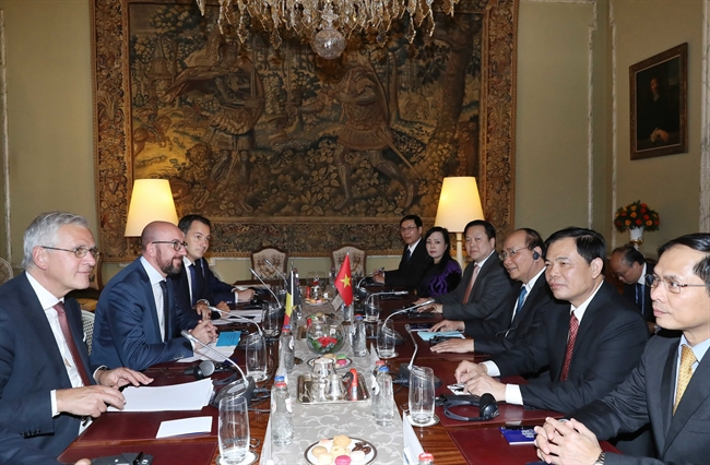 2018年10月16日午後、ベルギー、ブリュッセルのエグモント宮(Palais d Egmont)において、 ベルギーのシャルル・ミシェル首相はベルギーを公式に訪問するベトナムのグエン・スアン・フック首相の歓迎式を主催した。写真説明: ベルギーのシャルル・ミシェル首相と会談するベトナムのグエン・スアン・フック首相。撮影:トン・ニャットーベトナム通信社