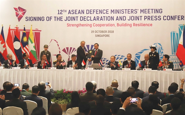 2018年10月19日、シンガポールで開催される第12回ASEAN国防相会議(ADMM)においてベトナムのゴ・スアン・リック国防相とASEANの各国の国防相は第12回ADMM共同宣言に調印した。写真説明:ASEAN書記委員会に第12回ADMM共同宣言を引き渡すシンガポールのウン・エンヘン(NG Eng Hen)国防相(左側) 第12回ADMMの首席首席。撮影:スアン・ヴィンーベトナム通信社