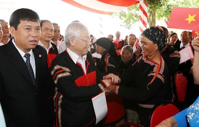 응웬푸쫑(Nguyễn Phú Trọng)당서기장국가주석은 11일 오전에 베트남 조국전선의 전통의날 88주년(1930.11.182018.11.18)을 기념하기 위해 닥락(Đắk Lắk)성 Krông Ana현 Dur Kmăl읍에서 개최된 수소민족 마을들의 단결축제에 참석하였다. 사진은 응웬푸쫑 당서기장국가주석이 Krông Ana현 Dur Kmăl읍 수소민족 마을들의 시민들과 함께 있는 모습. 사진: 치중(Trí Dũng)/베트남통신사