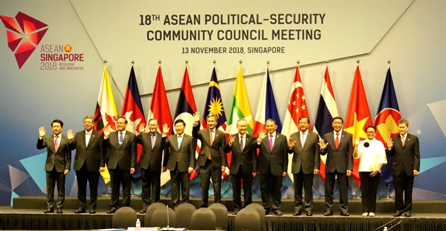 Deputy Prime Minister and Foreign Minister Pham Binh Minh on November 13 attended the 18th ASEAN Political – Security Community Council Meeting in Singapore to prepare for the 33rd ASEAN Summit. In the photo: Heads of delegations pose for a photo at the meeting. Photo: Xuan Vinh/VNA