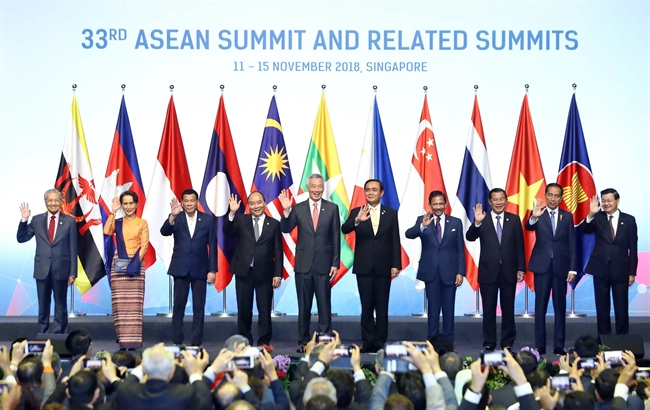 នារសៀលថ្ងៃទី ១៣ ខែវិច្ឆិកា ឆ្នាំ២០១៨ នៅប្រទេសសិង្ហបុរី លោកនាយករដ្ឋមន្ត្រី ង្វៀន ស្វឹនភុក (Nguyen Xuan Phuc) អញ្ជើញចូលរួមក្នុងពិធីបើកសន្និសីទកំពូល ASEAN លើកទី៣៣។ ក្នុងរូបថត៖ លោកនាយករដ្ឋមន្ត្រី ង្វៀន ស្វឹនភុក (Nguyen Xuan Phuc) (លេខបួន រាប់ពីខាងឆ្វេង) និងប្រធានគណៈប្រតិភូថតរូបរួម ក្នុងពិធីបើកនេះ។ រូបថត៖ ថុងញ៉ឹត /ទីភ្នាក់ងារសារព័ត៌មានវៀតណាម