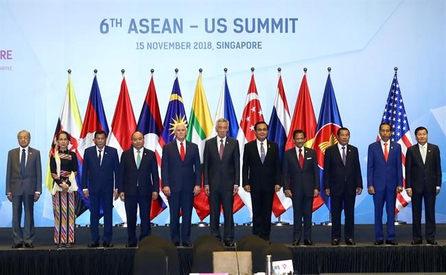 Dans le cadre du 33e Sommet de lASEAN et des conférences annexes le matin du 15 novembre à  Singapour le Premier ministre Nguyên Xuân Phuc participe au 6e Sommet ASEAN-Etats-Unis. En image : le Premier ministre Nguyên Xuân Phuc (4e à gauche) le vice-président américain Mike Pence (5e à gauche) et les chefs de délégation posent pour une photo souvenir. Photo : Thông Nhât/ AVI