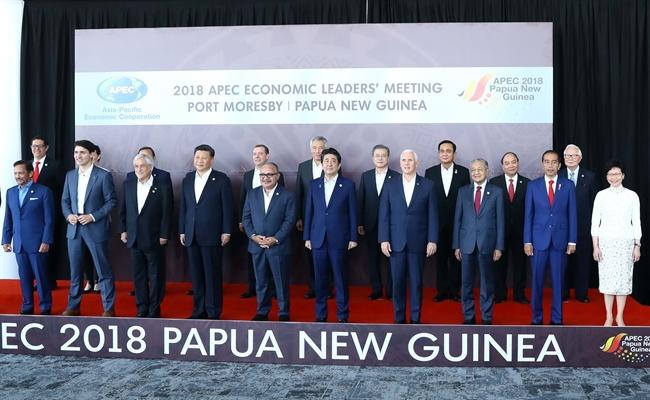 ໃນລາຍການສັບປະດາຂັ້ນສູງ ເວທີປາໄສ ຮ່ວມມືເສດຖະກິດ ອາຊີ-ປາຊີຟິກ (APEC) ຄັ້ງທີ 26 ວັນທີ 18 ພະຈິກ 2018 ທີ່ ປາປົວນິວກີເນ ທ່ານນາຍົກລັດຖະມົນຕີ ຫງວຽນຊວນຟຸກ ໄດ້ເຂົ້າຮ່ວມ ການໂອ້ລົມສົນທະນາ ລະຫວ່າງ ບັນດາທ່ານຜູ້ນຳ APEC ກັບກອງທຶນເງິນຕາສາກົນ (IMF). ໃນພາບ: ທ່ານນາຍົກລັດຖະມົນຕີ ຫງວຽນຊວນຟຸກ ກັບບັນດາທ່ານຜູ້ນຳ APEC. (ພາບ: ຖົ໋ງເຍິດ-ຂ່າວສານຫວຽດນາມ)