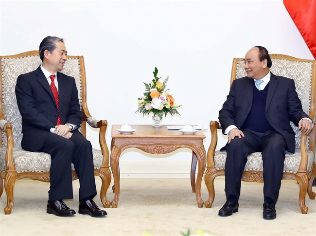Prime Minister Nguyen Xuan Phuc on December 13 hosted a reception for newly-accredited Ambassador of China Xiong Bo in Hanoi. Photo: Thong Nhat/VNA
