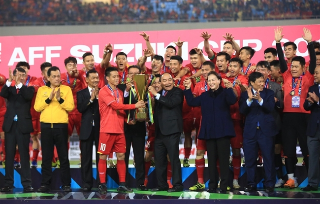Prime Minister Nguyen Xuan Phuc on December 15 rewarded the ASEAN Football Federation (AFF) Suzuki Cup championship trophy to Vietnam national football team at My Dinh National Stadium Hanoi. Photo: Trong Dat/VNA