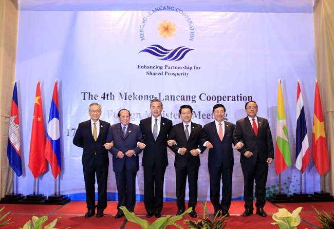 Deputy Prime Minister/Foreign Minister Pham Binh Minh on December 17 joined FMs of Cambodia Laos Myanmar Thailand and China at the fourth Mekong – Lancang Cooperation (MLC) Foreign Ministers Meeting in Vientiane Laos. In the photo: Heads of delegations pose for a photo at the meeting. Photo: Pham Kien/VNA