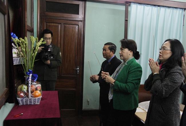 适值2018戊戌年春节之际,2018年2月12日上午,越南国会主席阮氏金银、国会副主席杜伯巳前往 主席府遗迹区的67号房上香缅怀胡志明主席。图/越通社