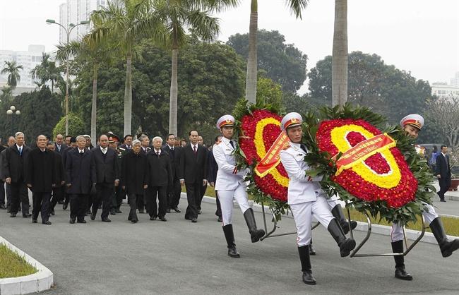 值越南共产党成立88周年和2018戊戌年春节即将到来之际,2月13日上午,由越共中央总书记阮富仲率领的越南党中央委员会、国家主席、政府、国会、祖国阵线中央委员会等组成的代表团前往河内市梅烈役烈士陵园,向英雄烈士敬献花圈。越通社记者 文牒 摄