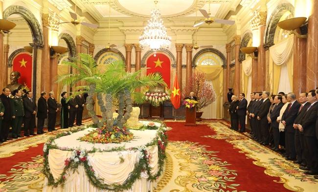 值2018戊戌年春节即将到来之际,越共中央总书记阮富仲13日在主席府主持召开见面会,向各位革命老前辈、领导人、前党和国家领导人同全国人民、战士、海外侨胞致以新春祝福。 越通社记者 芳花 摄