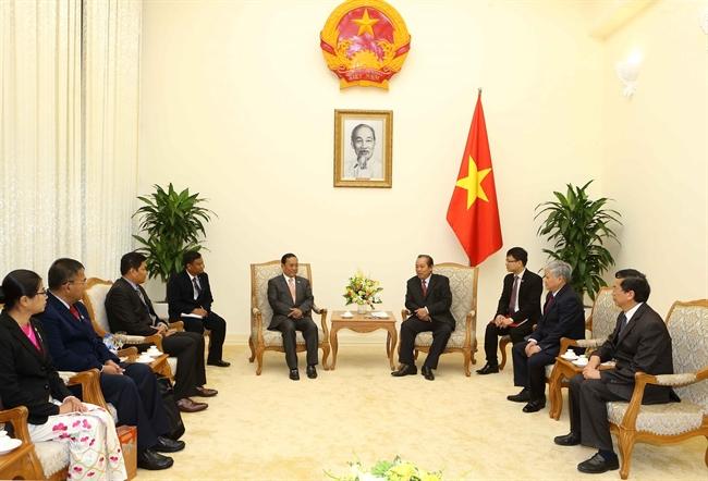 쯔엉화빙(Trương Hòa Bình)상무부총리는 13일 오전 정부청사에서  Ye Aung 미얀마 국경부 장관을 접견하였다. 사진: 즈완 떤(Doãn Tấn)/베트남통신사