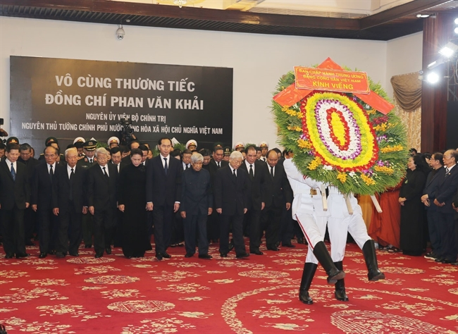 Leaders of the Party State National Assembly Government and the Vietnam Fatherland Front organized the state funeral for former Prime Minister Phan Van Khai in Ho Chi Minh Citys Thong Nhat Hall on March 20. In the photo: Party General Secretary Nguyen Phu Trong leads the Party delegation to pay tribute to former Prime Minister Phan Van Khai. Photo: Tri Dung / VNA