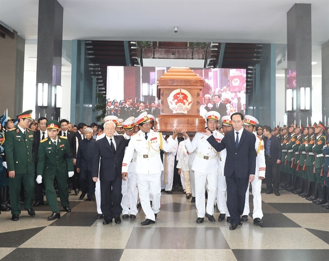 Leaders of the Party State National Assembly Government and the Vietnam Fatherland Front organized the burial ceremony for former Prime Minister Phan Van Khai in Ho Chi Minh City on March 20. In the photo: The Party and State leaders moved the coffin to the chariot of the soul. Photo: Tri Dung/VNA