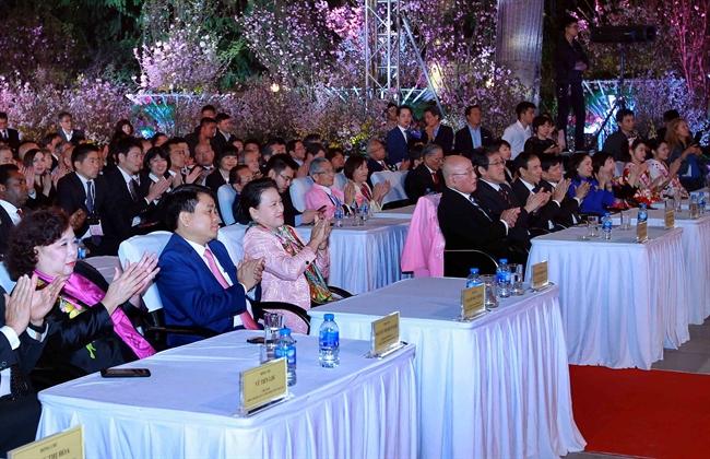 응웬티김응언(Nguyễn Thị Kim Ngân)국회의장은 23일 저녁 하노이에서 베트남-일본 수교 45주년을 기념하기 위해 개최하는 일본문화 교류축제 개막식에 참석하였다. 사진: 안드앙(An Đăng)/베트남통신사