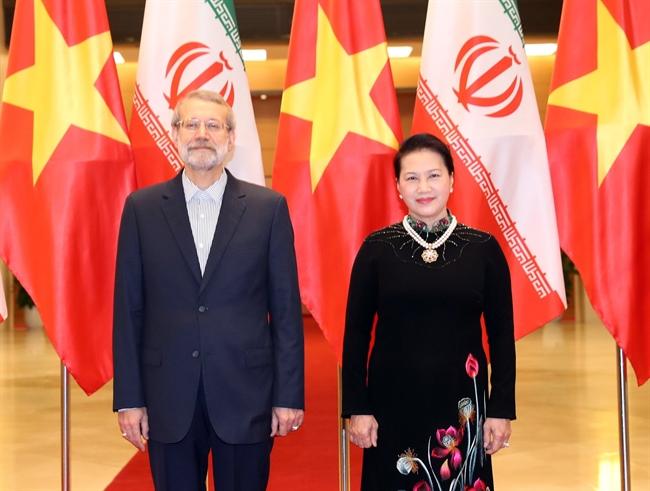 ទទួលសេចក្តីអញ្ជើញរបស់លោកស្រីប្រធានរដ្ឋសភា ង្វៀនធីគីមង៉ឹន (Nguyen Thi Kim Ngan) គណៈប្រតិភូជាន់ខ្ពស់រដ្ឋសភា នៃសាធារណរដ្ឋអ៊ីស្លាមអ៊ីរ៉ង់ ដឹកនាំដោយលោក Ali Ardeshir Larijani ប្រធានរដ្ឋសភាមកបំពេញទស្សនកិច្ចជាផ្លូវការនៅវៀតណាម ចាប់ពីថ្ងៃទី១៥- ១៨ ខែមេសា ឆ្នាំ២០១៨។ ពិធីទទួលស្វាគមន៍និងពិភាក្សាបានរៀបចំយ៉ាងមហោឡារិក ក្នុងអគាររដ្ឋសភា នៅក្រុងហាណូយនាព្រឹកថ្ងៃទី១៦ ខែមេសា ឆ្នាំ២០១៨។ ក្នុងរូបថត៖ លោកស្រីប្រធានរដ្ឋសភា ង្វៀនធីគីមង៉ឹន(Nguyen Thi Kim Ngan) និងលោកប្រធានរដ្ឋសភាអ៊ីរ៉ង់ Ali Ardeshir Larijani ក្នុងពិធីទទួលស្វាគមន៍។ រូបថត៖ ត្រុងឌឹក/ទីភ្នាក់ងារសារព័ត៌មានវៀតណាម