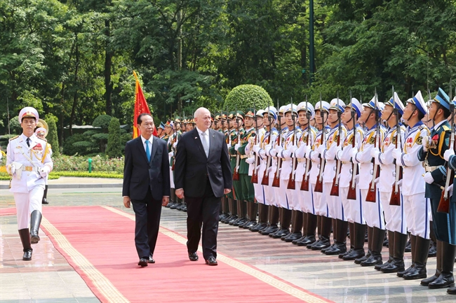 At the invitation of President Tran Dai Quang Governor-General of Australia Peter Cosgrove and his spouse pay a State visit to Vietnam from May 23-26. The Vietnamese President on May 24 hosted the welcoming ceremony for Governor-General of Australia Peter Cosgrove and his spouse in Hanoi. In the photo: President Tran Dai Quang and Governor-General of Australia Peter Cosgrove review the honor guard of the Vietnam Peoples Army. Photo: Nhan Sang/VNA