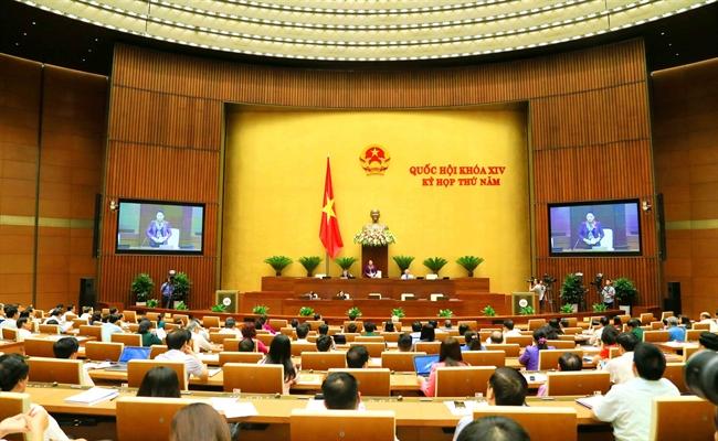 2018年6月11日上午,越南国会召开全体会议,就通过《特别经济行政单位法案》期限的调整进行投票。以423名代表的赞成票(相当于85.63%),国会同意推迟通过此法案。图为会议全景。越通社记者 芳花 摄