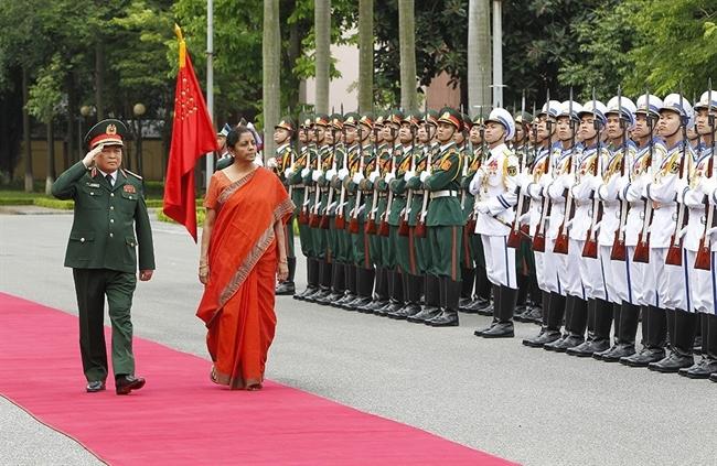 应越共中央政治局委员、中央军委副书记、国防部部长吴春历大将的邀请,由印度国防部长尼玛拉·西塔拉曼率领的印度高级军事代表团从6月12日至15日对越南进行正式访问。6月13日上午,欢迎仪式在国防部总部隆重举行。图为吴春历大将与印度国防部长尼玛拉·西塔拉曼检阅仪仗队。越通社记者 杨江 摄