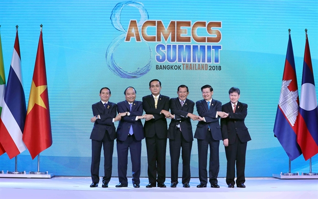Prime Minister Nguyen Xuan Phuc atteded the opening ceremony of the 8th Ayeyawady-Chao Phraya-Mekong Economic Cooperation Strategy Summit (ACMECS) in Bangkok Thailand on June 16. In the photo: Prime Minister Nguyen Xuan Phuc (second from left) and heads of delegations pose for a photo at the ceremony. Photo: Thong Nhat/VNA