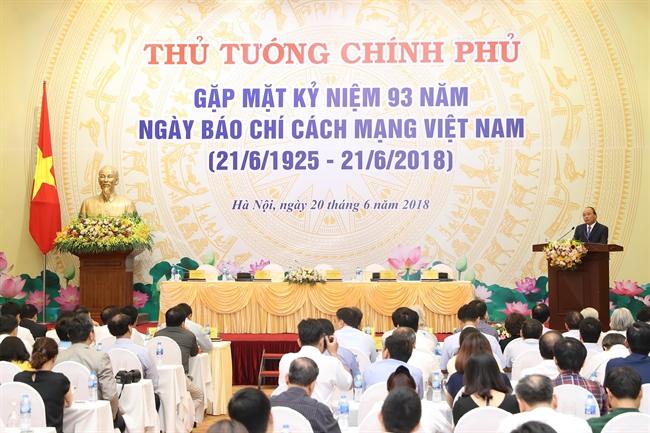 ព្រឹកថ្ងៃទី២០ ខែមិថុនា ឆ្នាំ២០១៨ នៅហាណូយ លោកនាយករដ្ឋមន្រ្តី ង្វៀនស្វឹនភុក (Nguyen Xuan Phuc) បានជំនួបនឹងអ្នកតំណាងទីភ្នាក់ងារសារព័ត៌មានវៀតណាម កាសែតទូទាំងប្រទេស នាឱកាសអបអរសាទរលើកទី៩៣ឆ្នាំ ទិវាកាសែតបដិវត្តន៍វៀតណាម (២១/៦/១៩២៥ - ២១/៦/២០១៨)។ ក្នុងរូបថត៖ លោកនាយករដ្ឋមន្រ្តី ង្វៀនស្វឹនភុក (Nguyen Xuan Phuc) ថ្លែងសុន្ទកថា ជូនពរក្រុមការងារអ្នកកាសែតបដិវត្តវៀតណាម។ រូបថត៖ ថុងញឹត/ ទីភ្នាក់ងារសារព័ត៌មានវៀតណាម