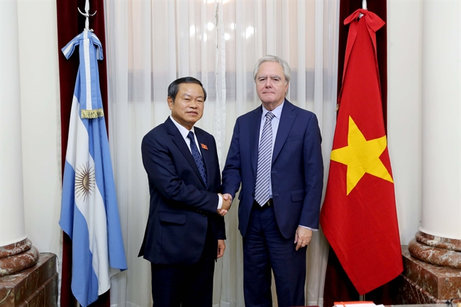 A high-ranking delegation of the Vietnam National Assembly (NA) led by its Vice Chairman General Do Ba Ty visited Argentina from July 17-20. In the photo:  Provisional President of the Argentine Senate Federico Pinedo hold talks with NA Vice Chairman General Do Ba Ty. Photo: VNA