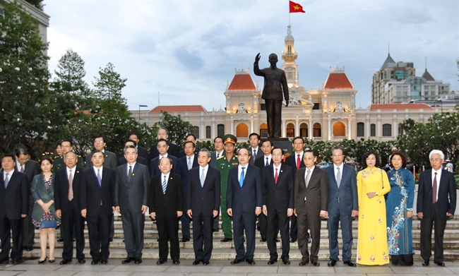 Chinese State Councilor and Foreign Minister Wang Yi on September 15 laid flowers at the statue of President Ho Chi Minh during his visit to Ho Chi Minh City to attend the 11th meeting of the China-Vietnam Steering Committee for Bilateral Cooperation. In the photo: Secretary of Ho Chi Minh City Party Committee Nguyen Thien Nhan and Chinese Foreign Minister Wang Yi and the delegates at the statue of President Ho Chi Minh. Photo: Quang Nhut/VNA