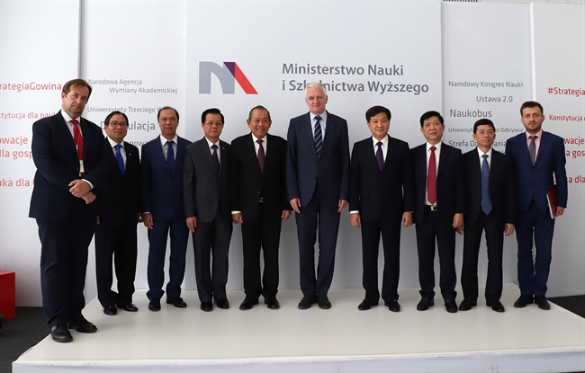 Vietnamese Deputy Prime Minister Truong Hoa Binh had a meeting with Polish Deputy Prime Minister and Minister of Science and Higher Education Jaroslaw Gowin on September 20 on the occasion of his official visit to Poland from September 20-22. Photo: Pham Thang/VNA