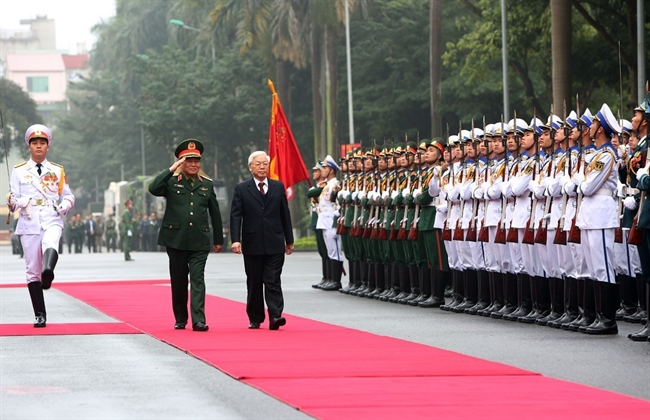 Party General Secretary and President Nguyen Phu Trong on January 10 attended the national political-military conference in Hanoi. In the photo: The leader reviews the honor guard of the Vietnam Peoples Army. Photo: Duong Giang/VNA