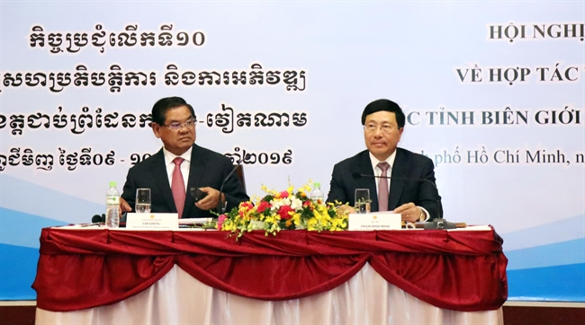 Deputy Prime Minister and Foreign Minister Pham Binh Minh and Cambodian Deputy Prime Minister and Interior Minister Sar Kheng on January 10 co-chaired the 10th Vietnam - Cambodia Conference on Cooperation and Development of Border Provinces in Ho Chi Minh City. Photo: Xuan Khu/VNA