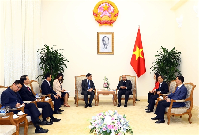 Prime Minister Nguyen Xuan Phuc on January 11 had a reception for Chairman and General Director of Samsung Electronics Co. Ltd. Shim Won-hwan in Hanoi. Photo: Thong Nhat/VNA