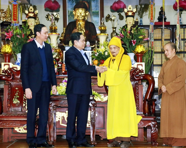 President of the Vietnam Fatherland Front Central Committee Tran Thanh Man on January 12 paid a Tet visit to Most Venerable Thich Pho Tue Supreme Patriarch of the Vietnam Buddhist Sangha (VBS) at Vien Minh pagoda in Hanois Phu Xuyen district. Photo: Nguyen Dan/VNA