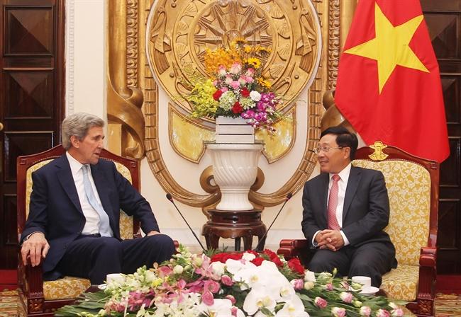 ວັນທີ 16 ມັງກອນ 2019 ທີ່ຮ່າໂນ້ຍ ທ່ານຮອງນາຍົກລັດຖະມົນຕີ ລັດຖະມົນຕີການຕ່າງປະເທດ ຟ້າມບິ່ງມິນ ໄດ້ຕ້ອນຮັບທ່ານ John Kerry ອະດີດລັດຖະມົນຕີການຕ່າງປະເທດ ສ.ອາເມລິກາ ປະທານກິຕິມະສັກ ກອງທຶນສັນຕິພາບສາກົນ Carnegie (ກອງທຶນກ່ຽວກັບພະລັງງານປະດິດສ້າງໃໝ່ ພະລັງງານຂຽວ) ເນື່ອງໃນໂອກາດມາຢ້ຽມຢາມ ແລະ ເຮັດວຽກທີ່ຫວຽດນາມ. (ພາບ: ເລີມແຄ໋ງ-ຂ່າວສານຫວຽດນາມ)