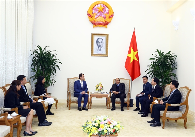 Prime Minister Nguyen Xuan Phuc had a reception for President of the Singapore Manufacturing Federation (SMF) Douglas Foo in Hanoi on January 18. Photo: Thong Nhat/VNA