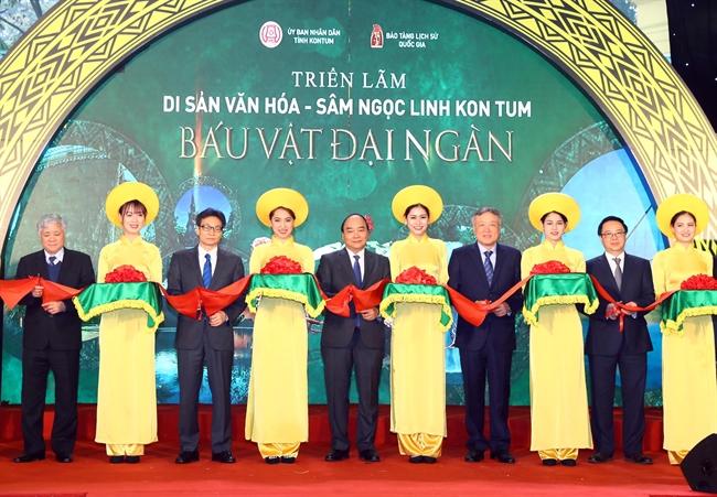응웬쑤언푹(Nguyễn Xuân Phúc)총리는 20일 오전 하노이에서 베트남국립역사박물관에 방문하며 숲의 보물이라는 컴뚬(Kom Tum)의 응옥링(Ngọc Linh)인삼 문화유산전시회에 참석하였다. 사진은 응웬쑤언푹(Nguyễn Xuân Phúc)총리와 대표단이 전시개막행사를 진행하고 있는 모습. 사진: 통느엇(Thống Nhất)/베트남통신사